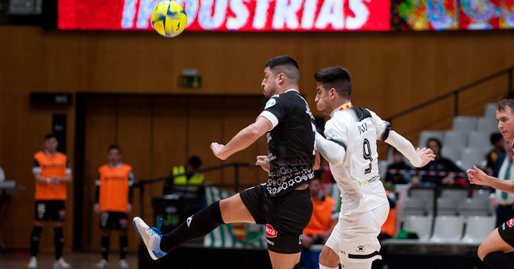 Jesús Rodríguez luchando por un balón con jugador del Santa Coloma