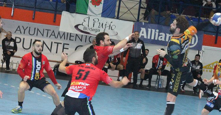 Juan Castro elevándose ante la defensa del Atlético Novás.