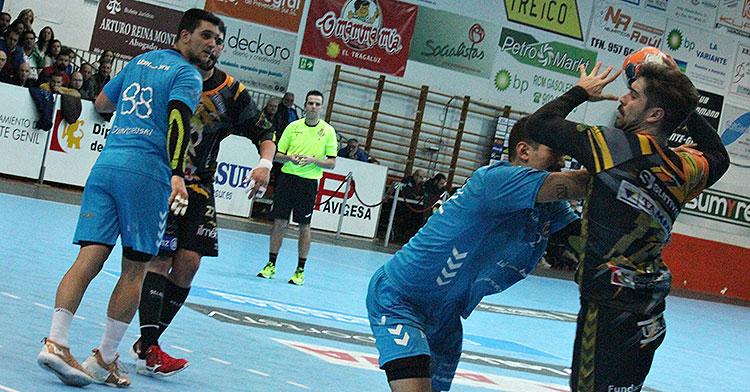 Juan Castro armando su brazo tras superar a un jugador del Sinfín