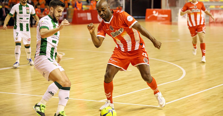 Lolo Jarque intentando sacar la pelota ante un rival