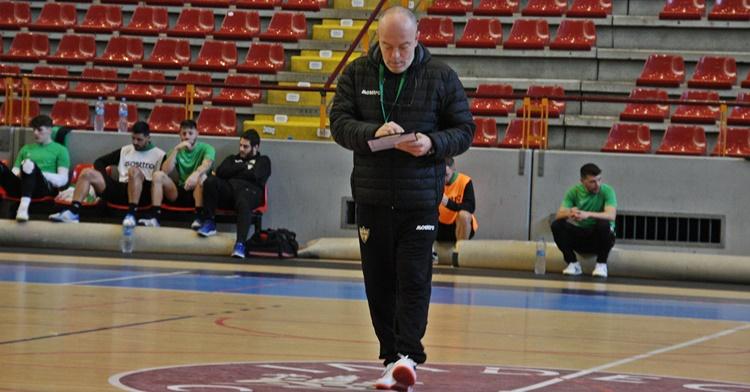 Macario antes de iniciarse el partido en el Palacio de los Deportes de Cartagena