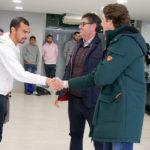 Miguel de las Cuevas estrecha su mano a Adrián Fernández tras saludar a Javier González