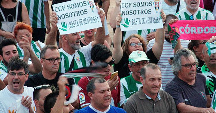 Los miembros de la Plataforma Cordobesista CCFSomosNosotros con varios representantes de MInoritarios entre ellos como Manuel Pastor y Antonio Garcés. Autor: Paco Jiménez