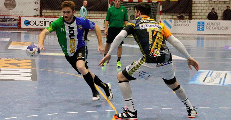 Un jugador del Atlético Novás encarando a un pontano.
