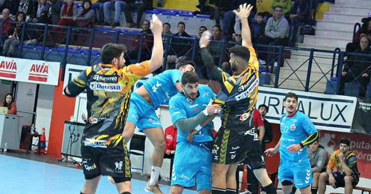 Nuno Gonçalves y Marcio Da Silva intentan blocar el lanzamiento de un cántabro