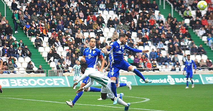 Owusu cae entre dos jugadores del Marbella tras una disputa aérea
