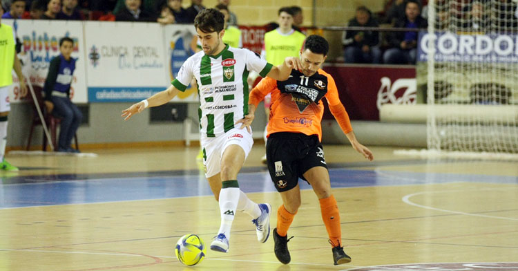 Pablo del Moral luchando por un balón con un jugador gallego