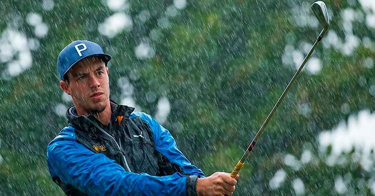 Víctor Pastor siguiendo la bola bajo la lluvia en La Cala de Mijas