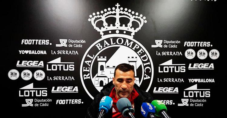 Raúl Agné atendiendo a los medios en la sala de prensa de La Balona
