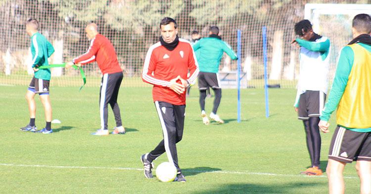 Raúl Agné dando instrucciones durante el entrenamiento