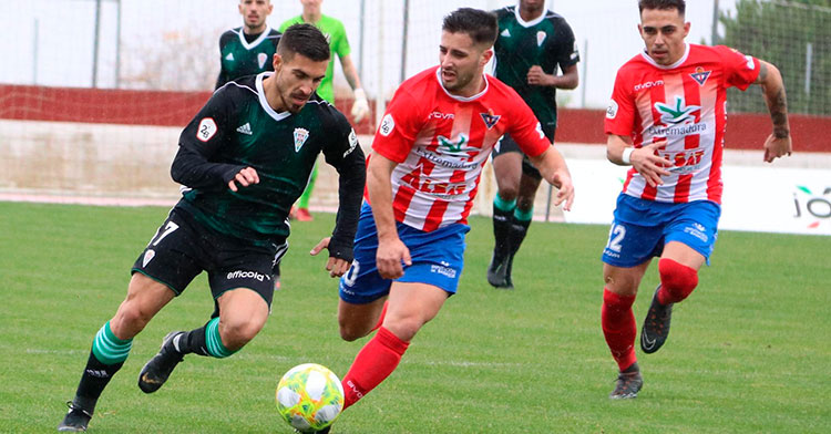 Zelu avanza con el balón controlado perseguido por un jugador del Don Benito