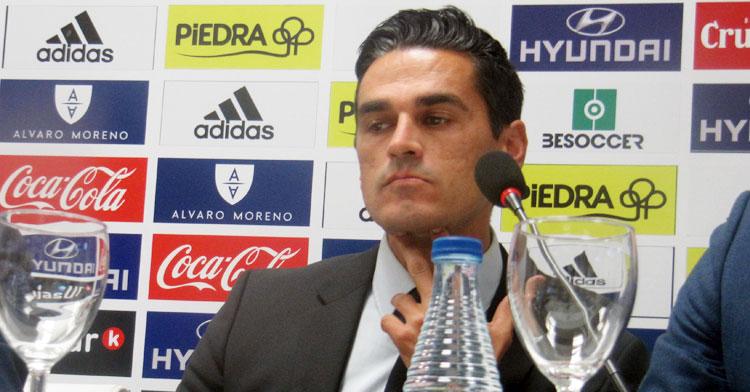 Juanito durante su comparecencia en la sala de prensa de El Arcángel.