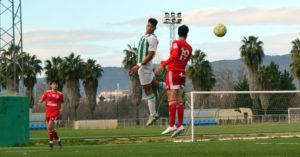 Felipe Veloso intenta cabecear. Autor: Javier Olivar