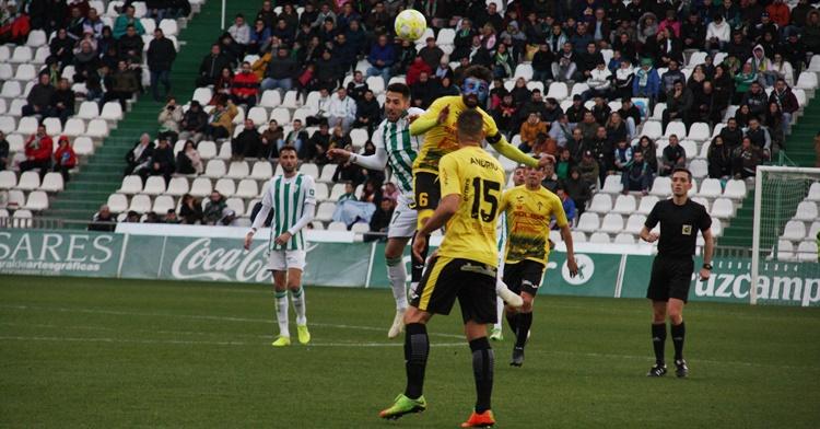Carlos Valverde lucha un balón de cabeza junto a Toni Seoane. Autor: Paco Jiménez