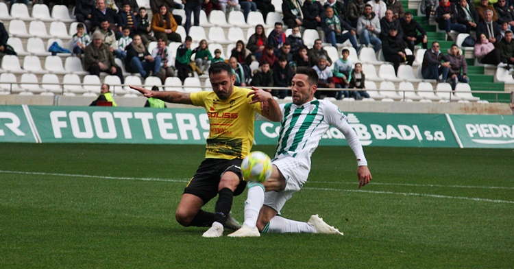 Carlos Valverde lucha un balón. Autor: Paco Jiménez