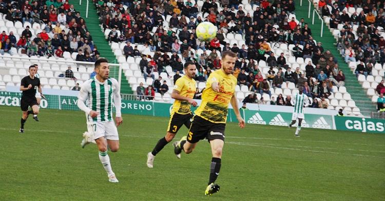 Carlos Valverde en busca del balón. Autor: Paco Jiménez
