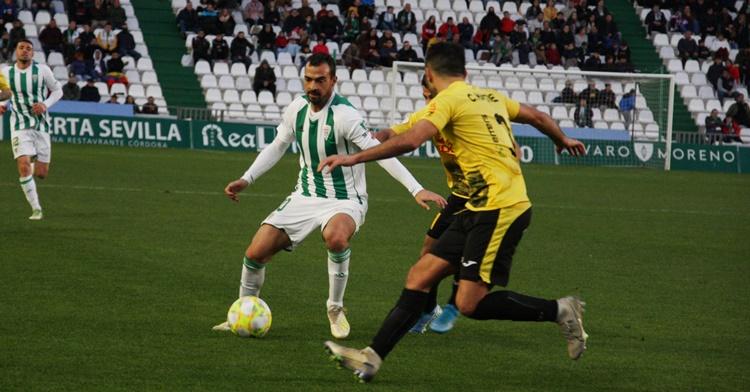 De las Cuevas ante la presión de dos rivales. Autor: Paco Jiménez