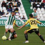 De las Cuevas ante dos rivales. Autor: Paco Jiménez