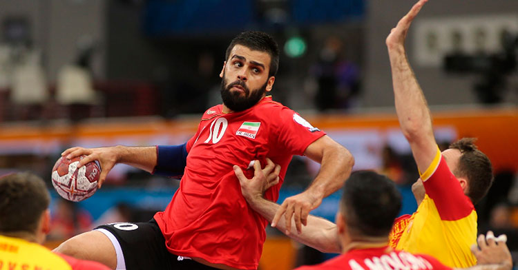 El primera línea iraní Esteki armando su brazo derecho jugando con su selección.