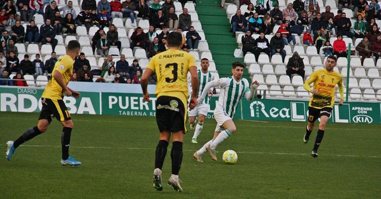 Javi Flores conduciendo el balón. Autor: Paco Jiménez