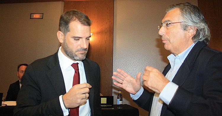 Manuel Pastor (derecha), que será el primer representante de Minoritarios en el consejo del Córdoba CF SAD, departiendo con Iván Zaldúa, abogado de Carlos González.