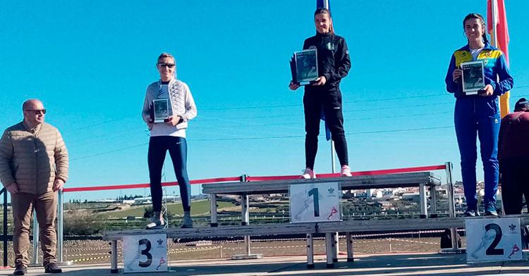 El podio femenino con la joven cordobesa de origen marroquí Yazmine Boutouil a la derecha.