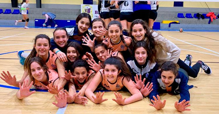 Varias chicas del Academia de Voleibol celebrando un triunfo.