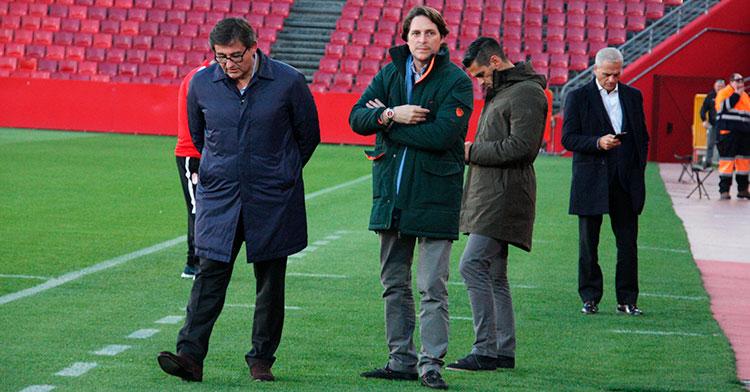 Los consejeros Javier González Calvo y Adrián Fernández, sobre el césped de El Arcángel con Juanito y Miguel Valenzuela al fondo.
