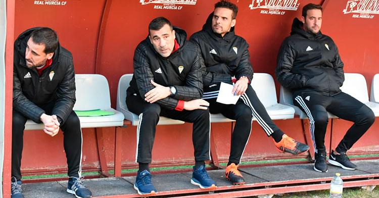 Raúl Agné en el banquillo de Murcia junto a su segundo, Arnau (izquierda), el entrenador de porteros Sebas Moyano y el delegado del equipo.