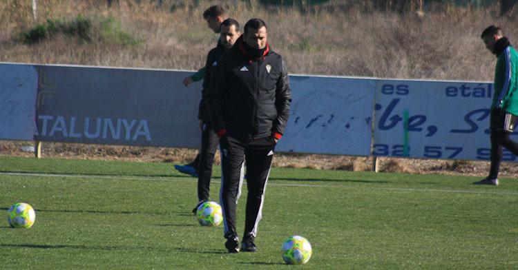 Raúl Agné protegido contra el frío en el solar de la Ciudad Deportiva.