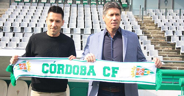 Alfonso Serrano posando con la bufanda del Córdoba CF junto a Carlos Valverde.