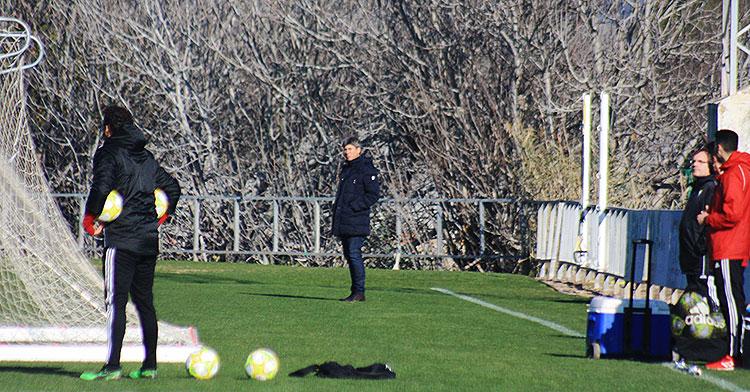 Alfonso Serrano al fondo del campo principal de la Ciudad Deportiva, mientras que Juanito y Miguel Valenzuela seguían el  entrenamiento a la altura de los banquillos donde habitualmente se situaba el otrora director deportivo en solitario.