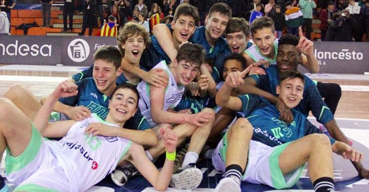 El combinado infantil, feliz en Huelva tras el título. Foto: FAB