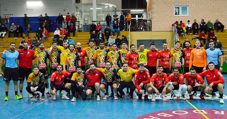 Las plantillas el Ángel Ximénez y el Cajasur Córdoba BM al término del amistoso disputado en Fátima.