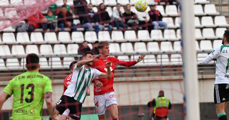 Isaac Becerra contemplando desde la portería una llegada grana. Foto: Artemio Martínez / Real Murcia