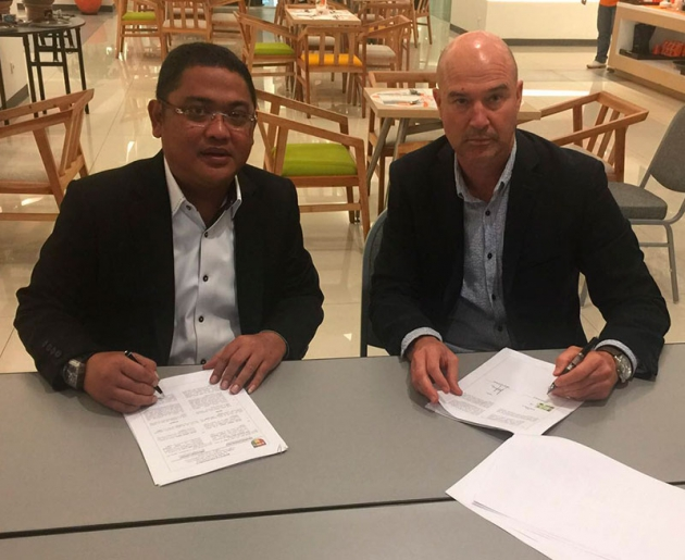 Rafa Berges rubricando su contrato en Indonesia.