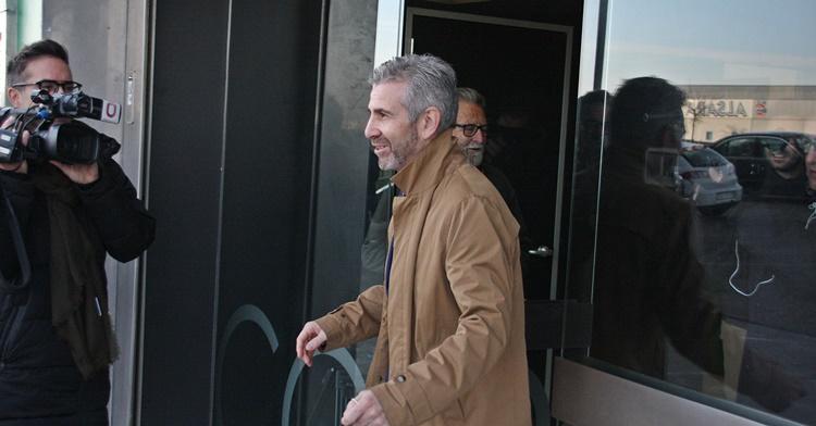 Uno de los administradores judiciales, Francisco Javier Bernabéu, abandonando las oficinas tras no celebrarse la Junta. Autor: Paco Jiménez