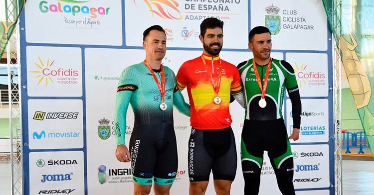 Alfonso Cabello en el centro del podio del Campeonato de España de 2020 celebrado en Galapagar.