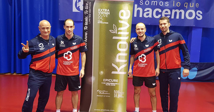Los jugadores del Cajasur posando con Luis Calvo tras el triunfo
