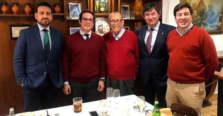 Javier González Calvo conoció este jueves al presidente de honor del Córdoba CF, Rafael Campanero, acompañado por sus consejeros Antonio Palacios y Jesús Coca, junto al nieto, del ex-mandatario blanquiverde, Antonio Romero Campanero.