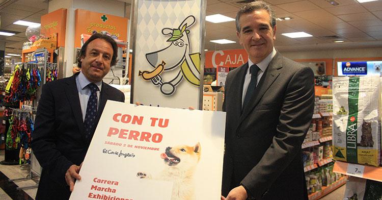 Daniel García Ibarrola (i) y Juan García (d) muestran el cartel de la jornada canina que organiza El Corte Inglés.