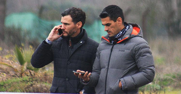 Juanito acompañado esta mañana por Capi, el que fuera su compañero en el Betis y que ahora se integrará en la nutrida dirección deportiva del Córdoba CF.