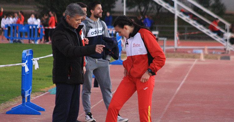 Carmen Avilés departiendo con su entrenador Antonio Bravo.