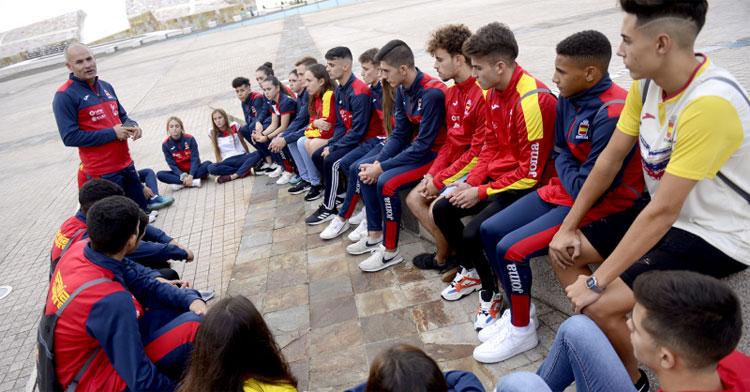 César Martínez hablando a su grupo de seleccionados