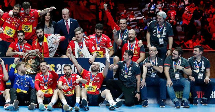 César Montes, en el centro en la parte superior de la imagen, levantando el brazo y cerrando el puño en plena celebración del título continental con los Hispanos.