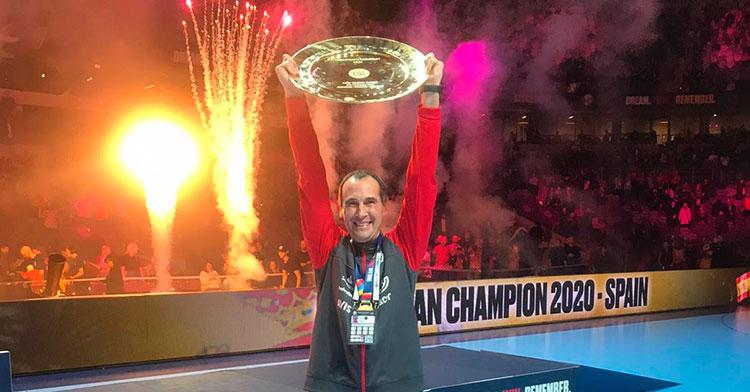 César Montes alzando el honorífico trofeo que otorgaba el título de campeón de Europa a los Hispanos.