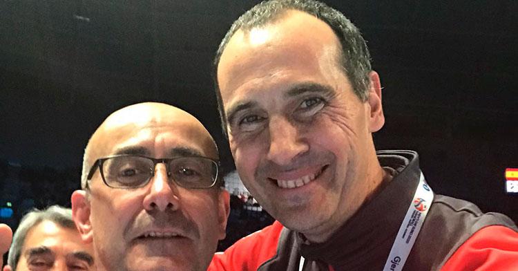 Felices. César Montes con Jordi Ribera celebrando el título de campeones.