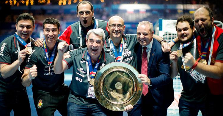 César Montes, justo detrás de Jordi Ribera, junto a todo el cuerpo técnico de la selección española de balonmano.