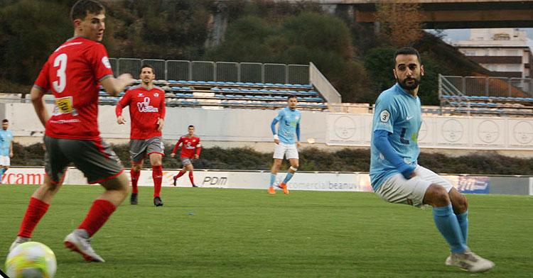El jugador lucentino luchando por el balón frente al rival del Pozoblanco.  Foto: @ciudaddelucena