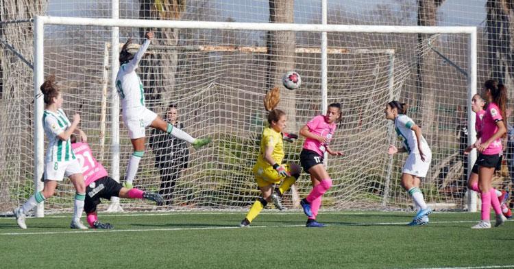 Kerlly rematando en la jugada del gol. Foto: CCF